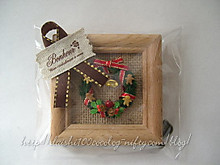 Miniature_wreath_and_easel_m