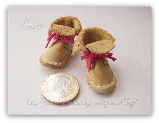 サイズ(靴底の長さ)が3.6cmくらい。(1ユーロコインはほぼ10円玉と同じ大きさです。)